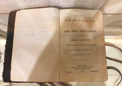 Die Bibel in der Dakota-Sprache.